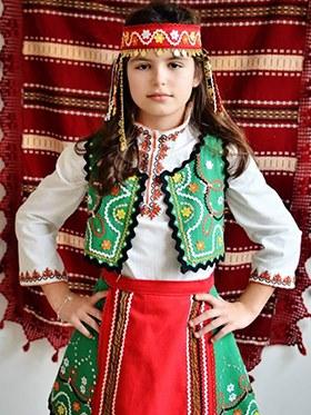 дете с българска носия с руни