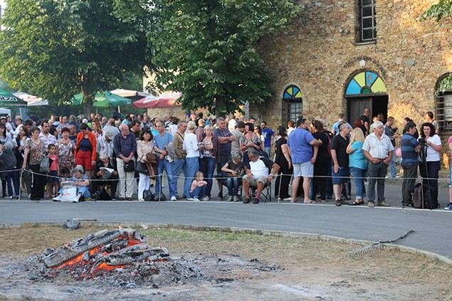 село Българи - нестинарски огън в центъра